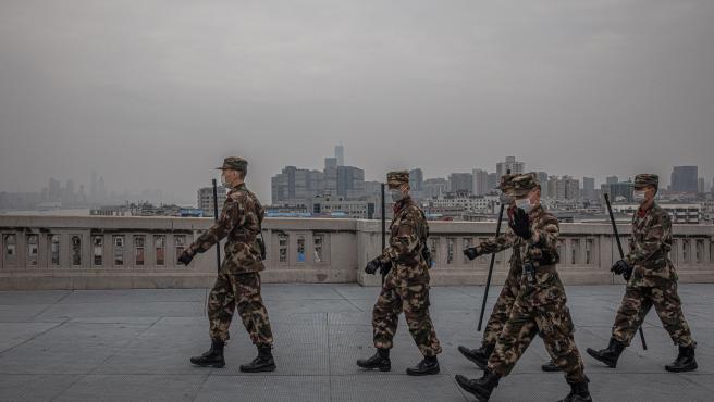 Varios soldados cruzan uno de los puentes sobre el río Yangtze, en Wuhan (China). En la ciudad sigue habiendo gran presencia militar para controlar los movimientos.