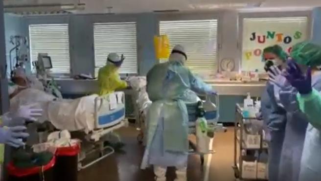 Aplausos a una paciente que sale de la UCI