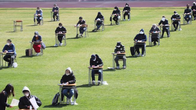 Ciudadanos surcoreanos realizan un examen de oposición.