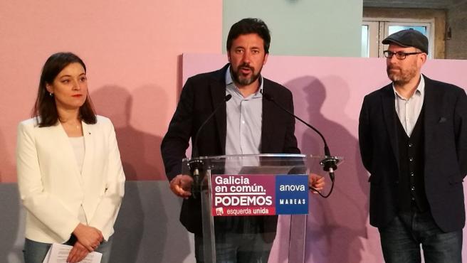 Eva Solla, Antón Gómez-Reino y Martiño Noriega, de la coalición Galicia En Común-Anova Mareas, en una rueda de prensa