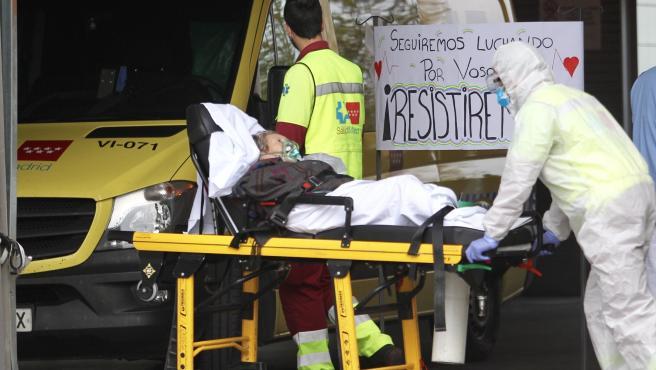 Personal sanitario traslada a una paciente en camilla en el Hospital Infanta Sofía de San Sebastián de los Reyes, en Madrid.