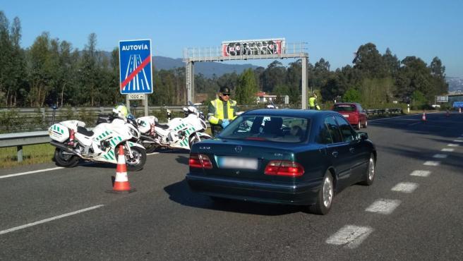 La Guardia Civil intercepta a un vecino de (A Cañiza) por conducir sin permiso y que dio positivo indiciario en drogas