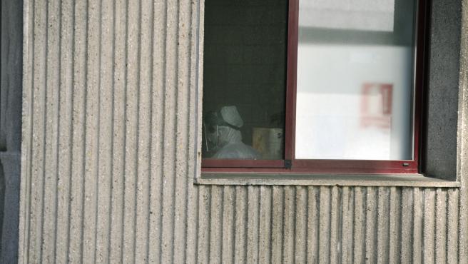 Un operario con traje de desinfeccion en la Residencia de ancianos San Carlos de Celanova en Ourense -foco principal de contagios del Covid-19 hasta ahora en la provincia gallega- en Celanova (Ourense, Galicia, España), a 24 de marzo de 2020.