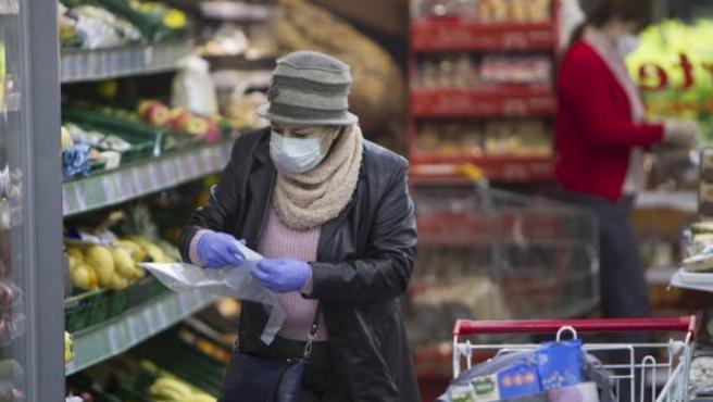 Una mujer comprando en un supermercado durante el estado de emergencia.