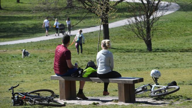 Estos ciclistas descansan en el parque de Beckenham Place en Londres, ajenos a la pandemia de coronavirus.