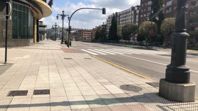 Calles de Oviedo vacías, con gente con mascarillas por la calle y haciendo cola para entrar a supermercados durante el confinamiento por el estado de alarma por el coronavirus.