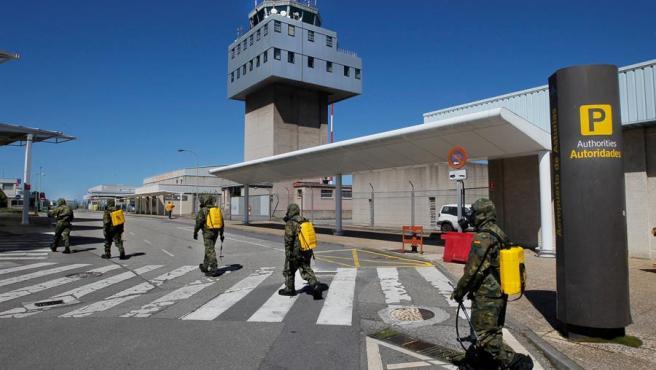 Efectivos del Ejército de Tierra realizan labores de desinfección en el Aeropuerto de Asturias.