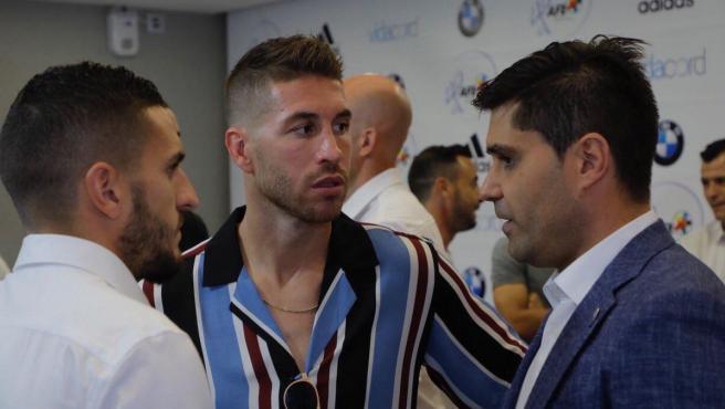 El presidente de la AFE, David Aganzo, junto al madridista Sergio Ramos y el atlético Koke