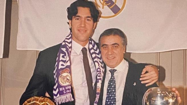 Lorenzo Sanz hijo y su padre, celebrando un título del equipo de baloncesto.