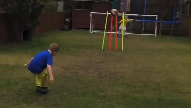 El niño que versiona algunos de los goles más famosos de la historia.