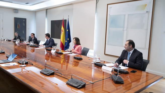 El presidente del Gobierno, Pedro Sánchez, junto a los ministros Marlaska, Illa, Robles y Ábalos este domingo.
