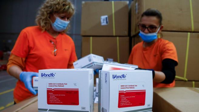 Dos cajas de test del material enviado por el Ministerio de Sanidad.