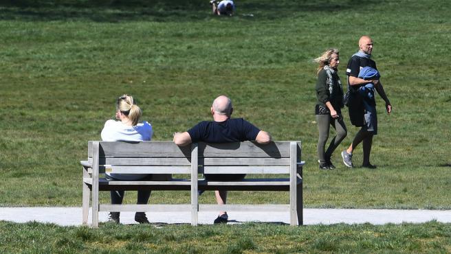 Imagen de ciudadanos tomando el sol en el Parque de Beckenham Place, en Londres.