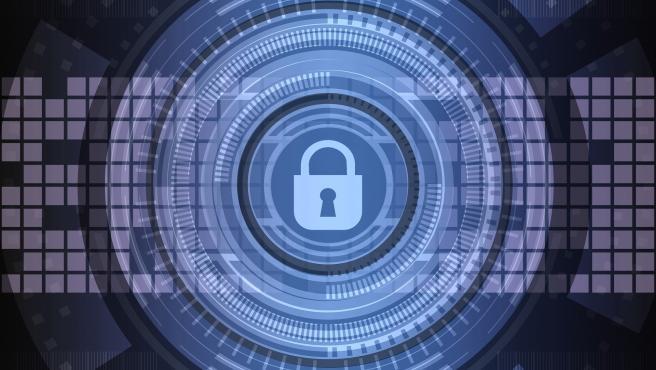 El encriptado permite ir más allá en la seguridad y se lo pone muy difícil a los hackers. En Android podrás encontrar la opción en los Ajustes, mientras que en Apple ya viene cifrada de manera automática la información.