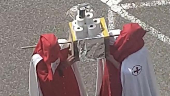 Dos cofrades imitan una procesión con rollos de papel higiénico en Palencia.