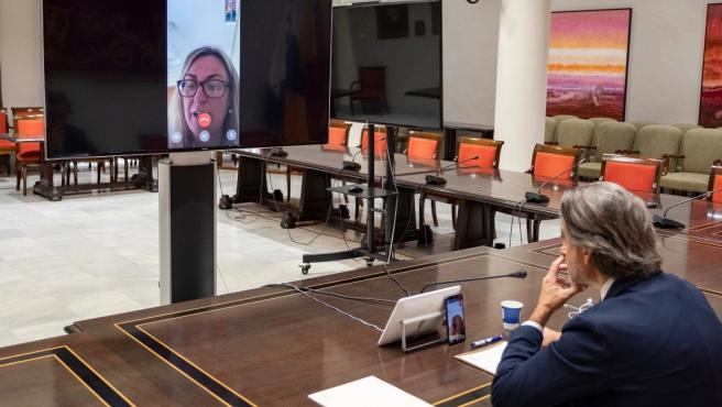 El presidente del Parlamento de Canarias, Gustavo Matos, y la presidenta de la Coprepa, Blanca Martín, en una reunión telemática para evaluar el impacto del coronavirus