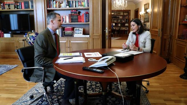 Felipe VI y la ministra de Industria, Reyes Maroto.