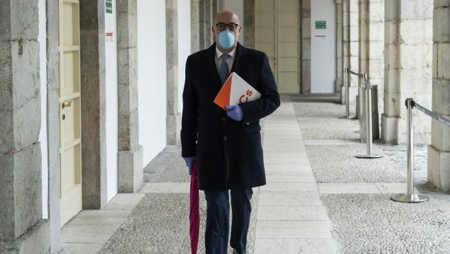 Félix Alvarez, portavoz de Cs, llega al Parlamento con mascarilla