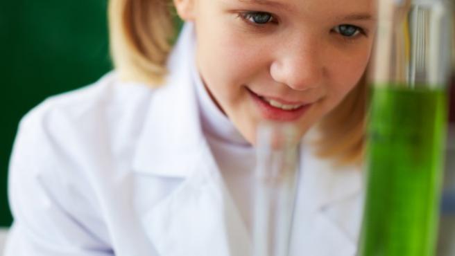 Hacer ciencia con los niños en casa es una manera de que se diviertan y aprendan a la vez.