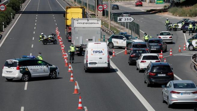 La Guardia Civil durante un control a la A-3, en Valencia dirección Madrid.