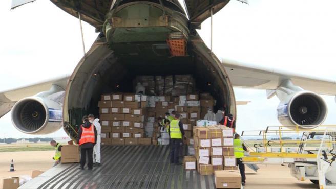 Llega a València avión con material sanitario de China