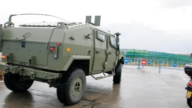 Militares y miembros de la Guardia Civil vigilan el perímetro fronterizo en Melilla.