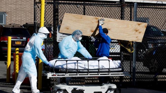 Dos sanitarios trasladas un cuerpo en en el hospital Wyckoff Heights de Nueva York.