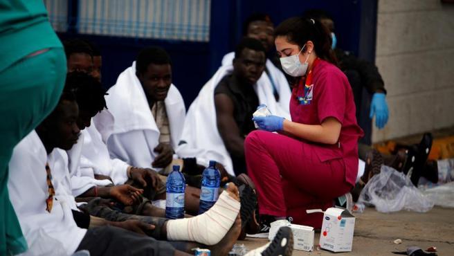 Los servicios médicos atienden a migrantes que han cruzado la valla de Melilla