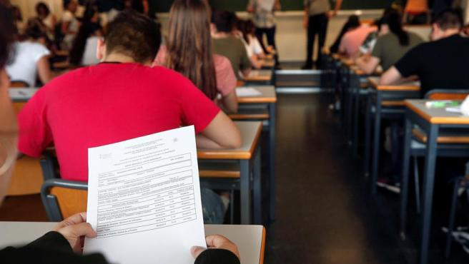 Varios alumnos haciendo las pruebas de acceso a la Universidad.