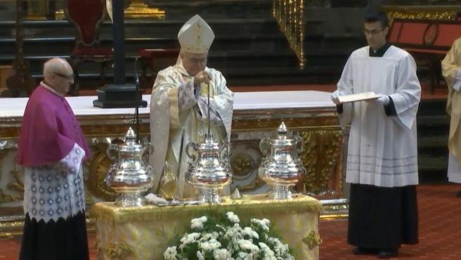 El obispo de Córdoba durante la Misa Crismal en la Catedral.