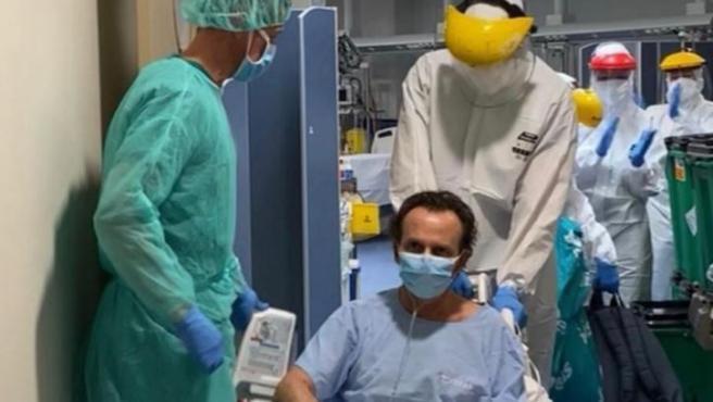 Primer alta a planta de un paciente con coronavirus que estaba ingresado en la UCI del Hospital Vithas Xanit Internacional de Benalmádena