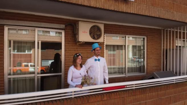 Se dan el 'sí quiero' en la terraza tras aplazar su boda el coronavirus