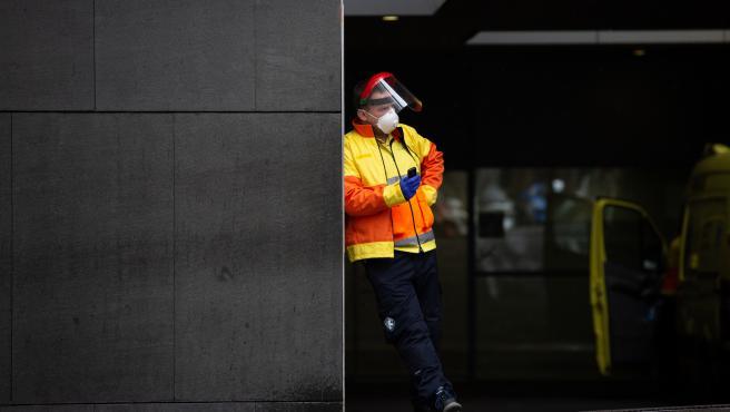 Un trabajador espera en las urgencias del Hospital de Sant Pau durante el día en el que entra en vigor la limitación total de movimientos salvo de los trabajadores de actividades esenciales. En Barcelona (Catalunya, España) a 30 de marzo de 2020.