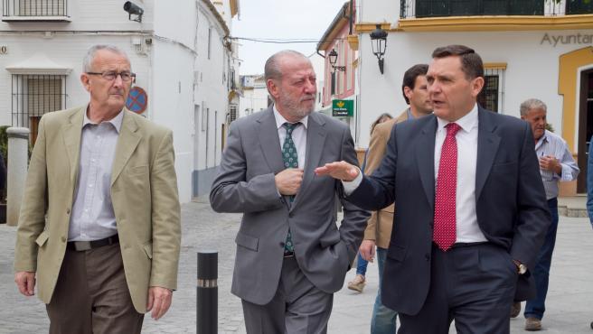 A la derecha, el alcalde de Umbrete