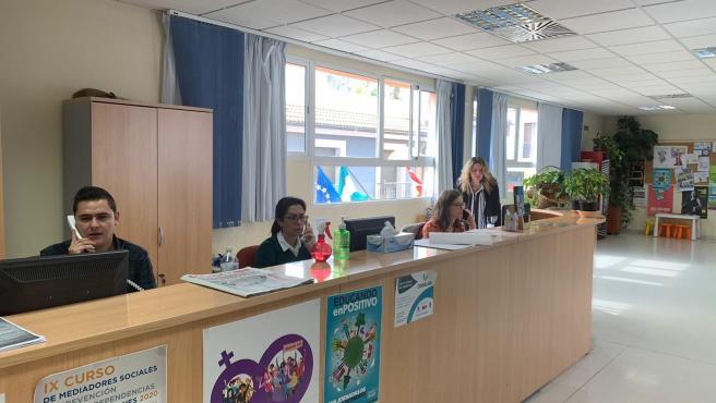 Carmen Gallardo supervisa el trabajo de varios empleados de Servicios Sociales