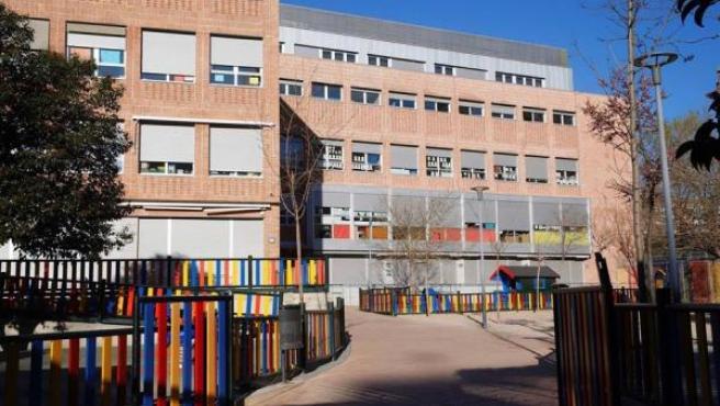 Edificio y patio de juegos del colegio El Porvenir de Madrid.