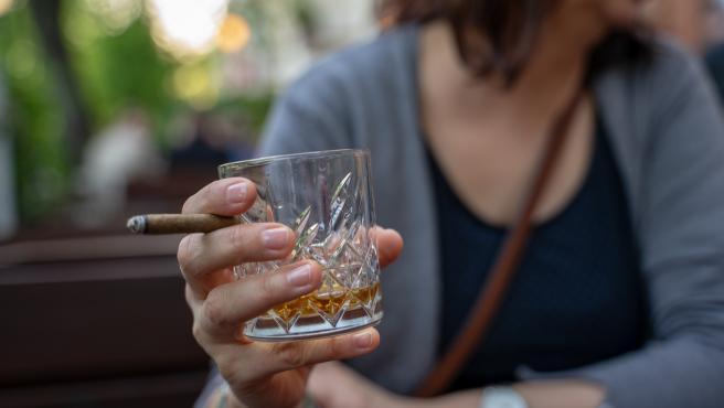 El confinamiento puede desplazar al consumo de drogas ilegales a drogas legales, como el alcohol.