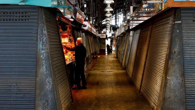 El Mercado de la Boquería, en Barcelona, con casi todos los puestos cerrados a causa del estado de alarma por el coronavirus.