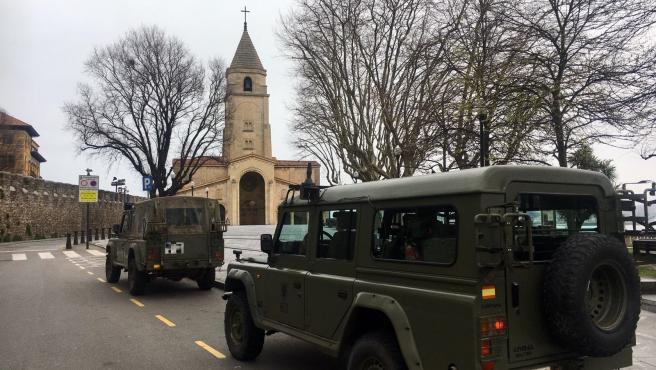 Dos vehículos del Ejército frente a la iglesia de San Pedro, en Gijón, durante el estado de alarma.