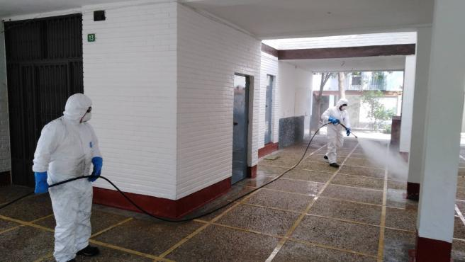 Efectivos del Consorcio de Bomberos desinfectar espacios públicos de Lucena