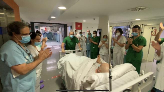 Reciben entre aplausos al primer paciente que sale de la UCI del Hospital  de Ourense