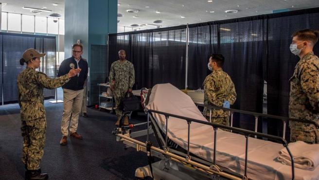 El secretario de la Armada de Estados Unidos en funciones, Thomas Modly, durante una visita al buque hospital militar 'USNS Mercy', en Los Ángeles.