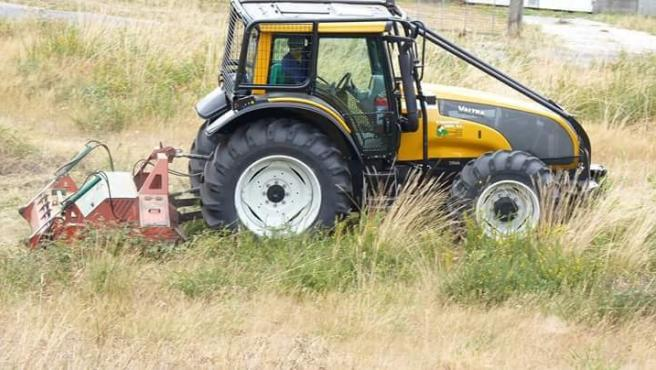 Tractor desbrozando una finca