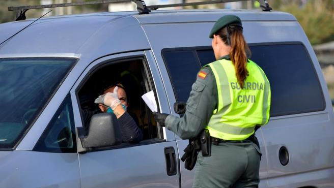 Agentes de la Guardia Civil en un control en Almería.