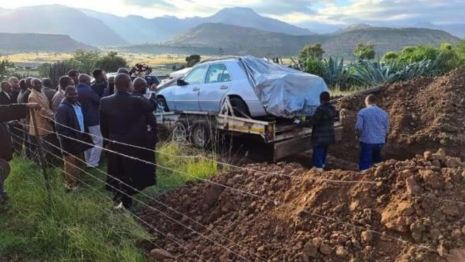 Tshekede Bufton Pitso, enterrado en su Mercedes.