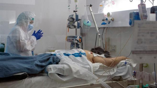 Un paciente con Covid-19 es atendido en la UCI del hospital Germans Trias i Pujol de Badalona (Barcelona)