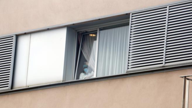 Una trabajadora del geriátrico de Vilanova del Camí mirando por la ventana.