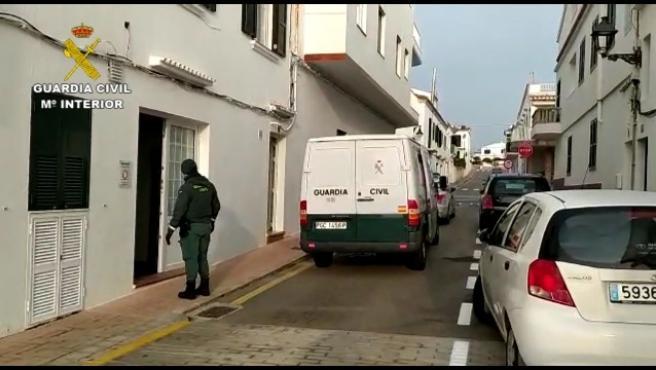 Agentes de la Guardia Civil prestando apoyo a la residencia de ancianos de Es Mercadal.