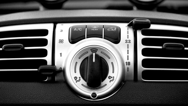 Detalle de las ranuras de ventilación del aire acondicionado del coche