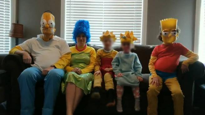 La familia de Joel A. Sutherland recreando la cabecera de 'Los Simpson'.